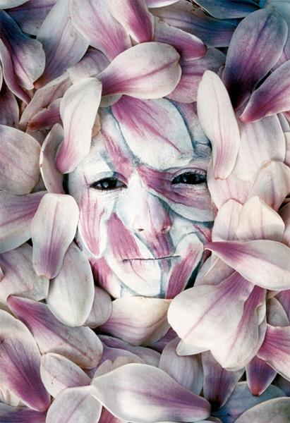 こちらが透明に透けて見えるもの。映しだされた表情も印象的です。 人間が透明に見える…完全に自然と