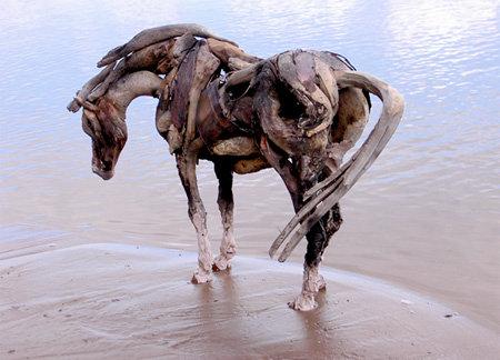 流木で形作られた、あまりにもリアルで美しい馬の彫刻