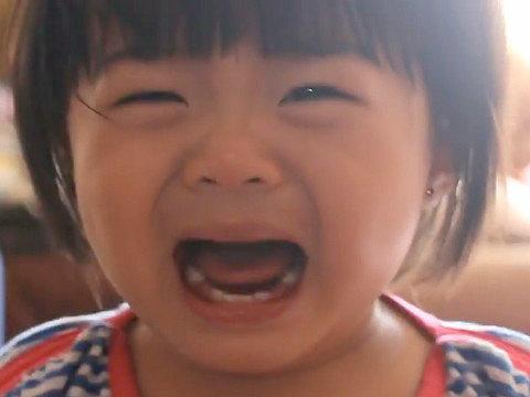 嘘泣きする我が子を泣き止ませる...
