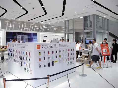 KDDIが旗艦店「au SHINJUKU」で7月14日(木)から展開している「おもいでケータイ タイムトラベル」。  懐かしい機種が展示されるだけでなく、当時を振り返ることが ... 3c6bd5a1f78