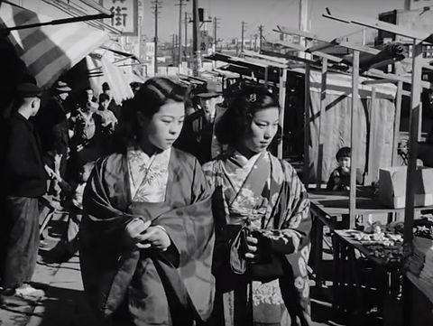 1940年代後半、第二次世界大戦からの復興を果たしつつある東京の路上の ...