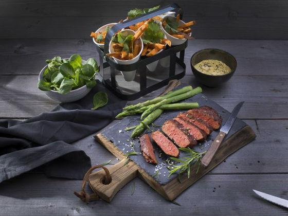 日本の精進料理や普茶料理でも100%植物性ながら肉そっくりの味や食感を楽しめる食材が使われていて驚かされることがありますが、ヨーロッパではこの上なくストレート